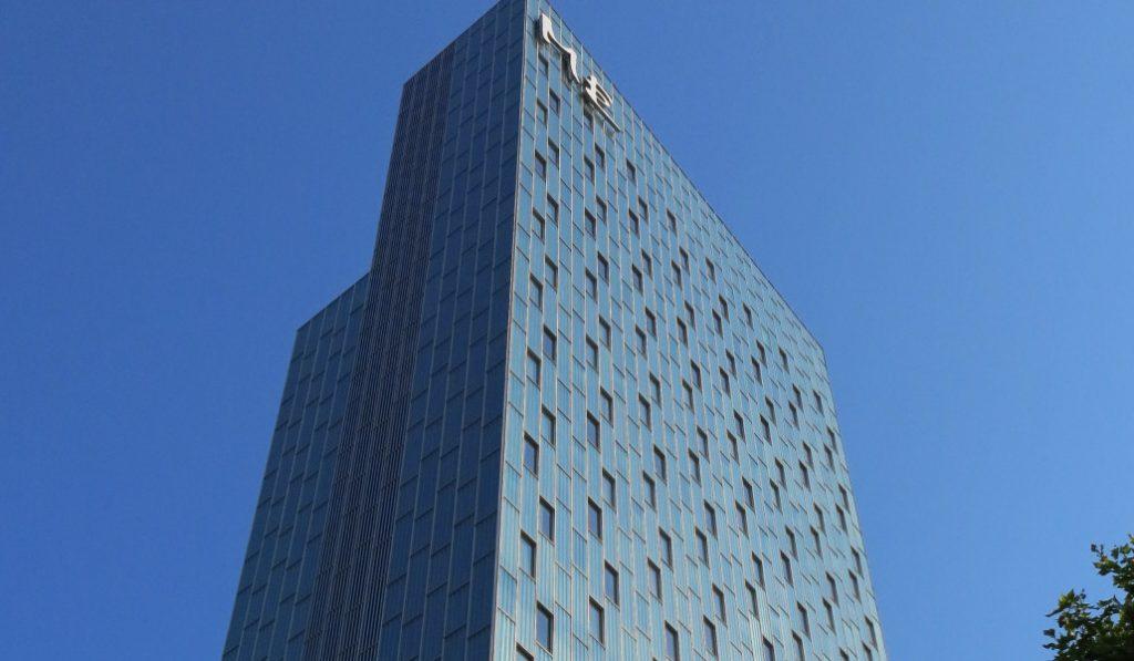 Un joven escala el hotel Melià Sky de Barcelona