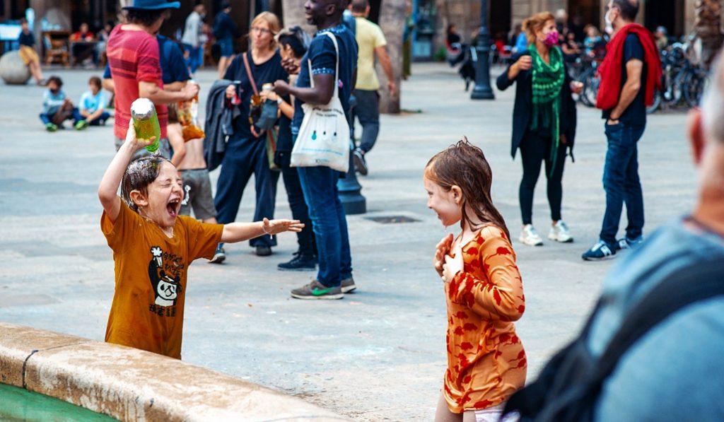 Así lucía la Barcelona post-cuarentena: con niños en las plazas y sin turistas