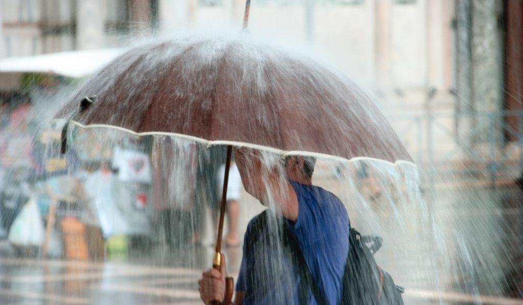 Barcelona espera hoy fuertes lluvias, viento, oleaje y descenso de las temperaturas