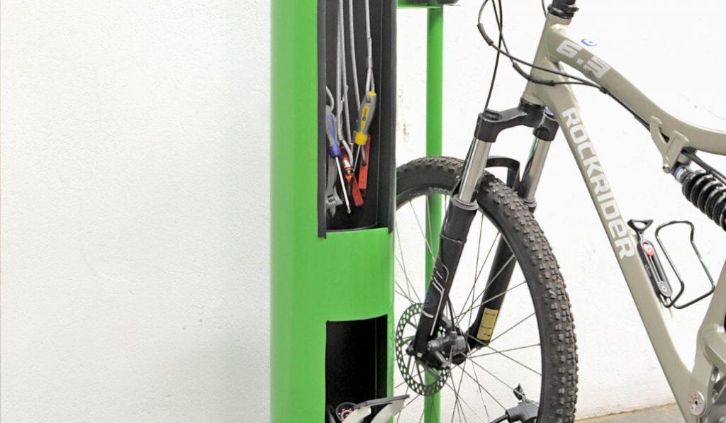 Aparece en l'Eixample un punto de mantenimiento de bicicletas