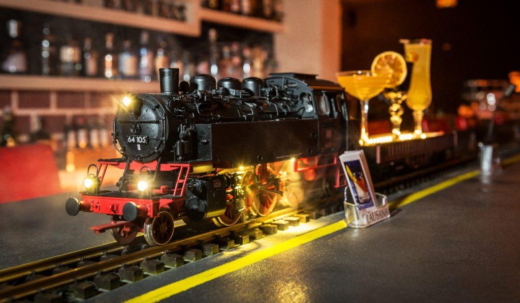 Orient Express, la coctelería donde tu bebida llega en tren