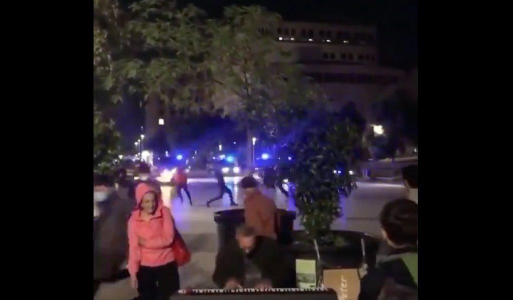 El músico que toca el piano con los disturbios de Barcelona de fondo