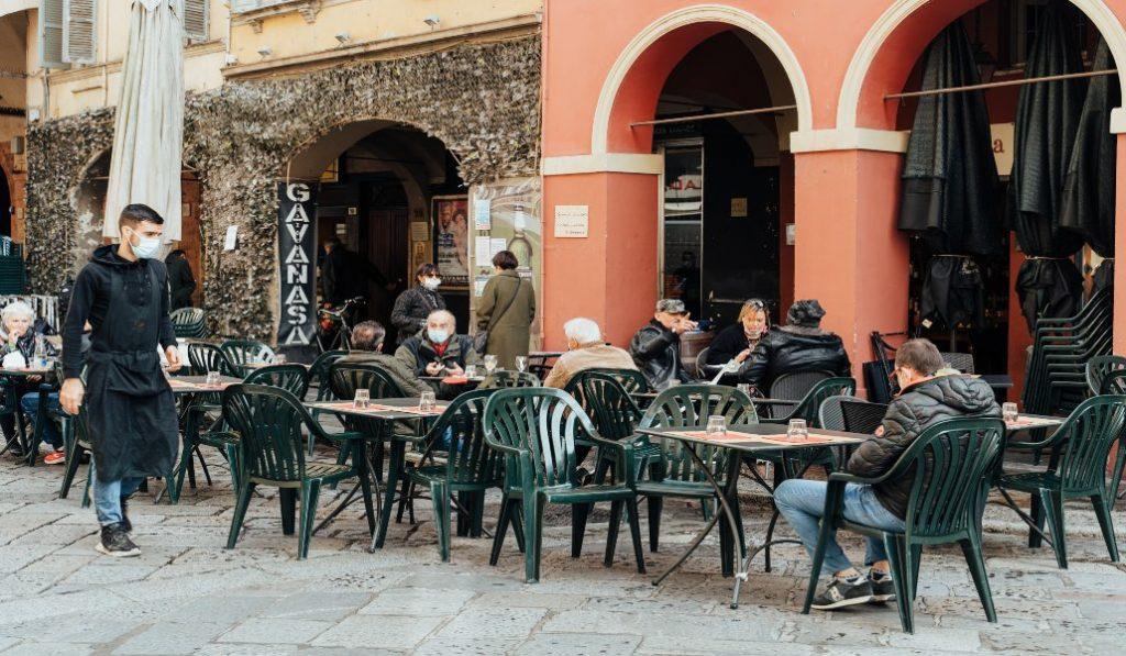 La desescalada de la actividad de los bares y restaurantes comenzará a partir del lunes