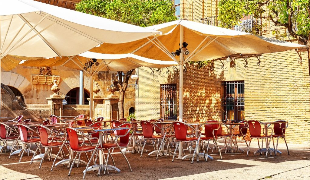 Bares y restaurantes podrán abrir este lunes entre las 6:00 y las 21:30 h.