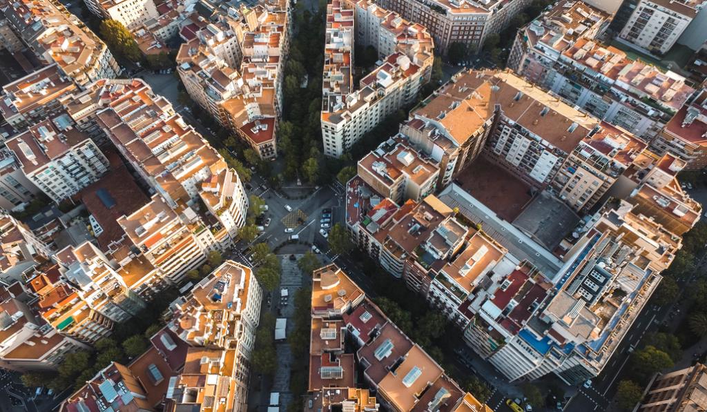 Barcelona retirará los bloques de hormigón de las aceras de l'Eixample