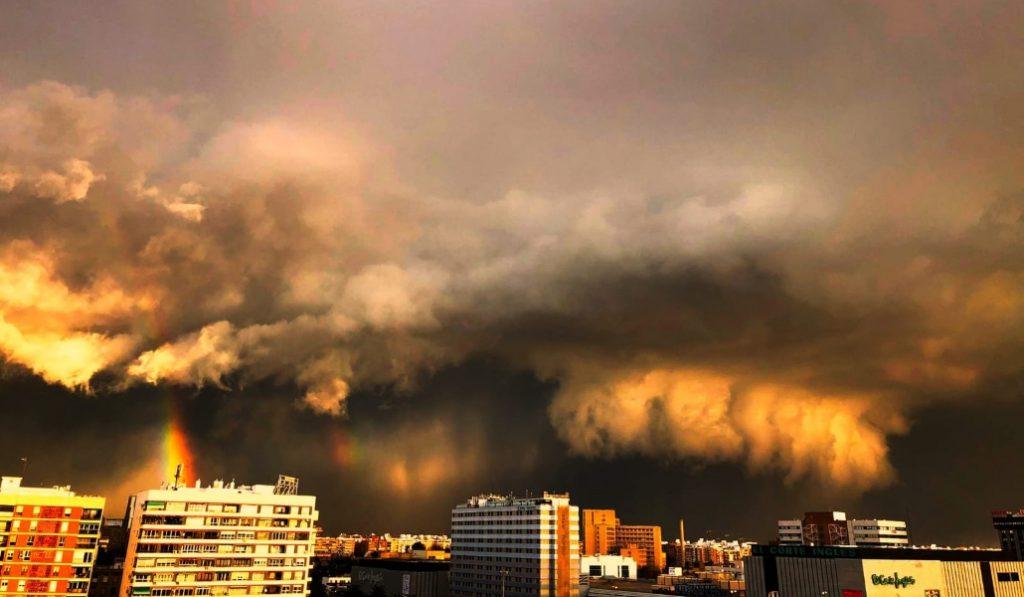 El cielo de Lleida se cubre con una tormenta épica