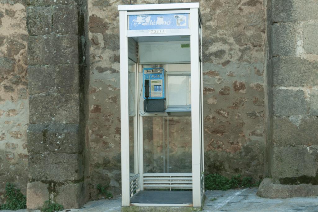 La última cabina telefónica de Barcelona se convertirá en un punto de intercambio de libros