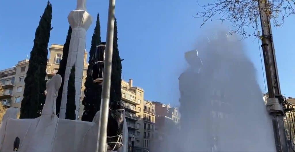 Una fuga de agua crea una espectacular fuente de varios metros en la avenida Diagonal