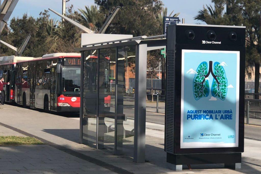Instalan en Barcelona el primer mupi digital del mundo que purifica el aire