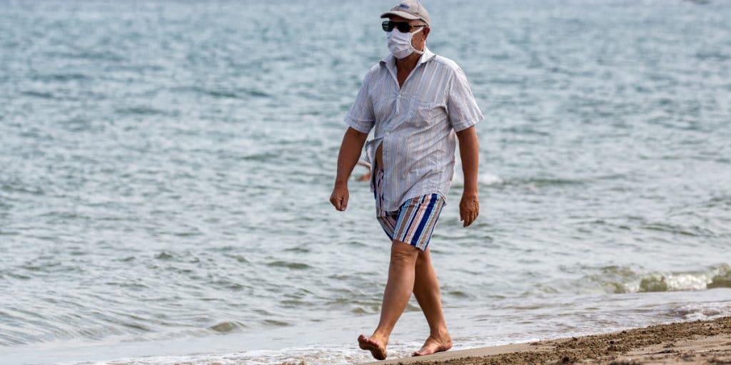 4 situaciones en las que sí tendrás que llevar mascarilla en la playa