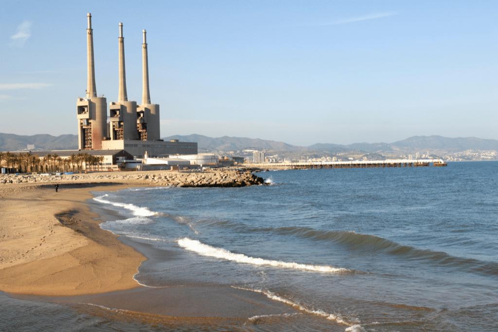 Cerrada la playa de Sant Adrià tras encontrar elementos cancerígenos