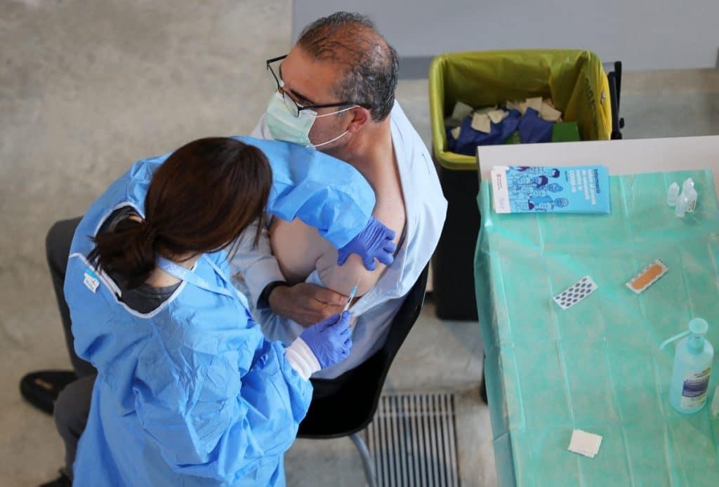 Llega a Poble Sec un punto de vacunación móvil y sin cita