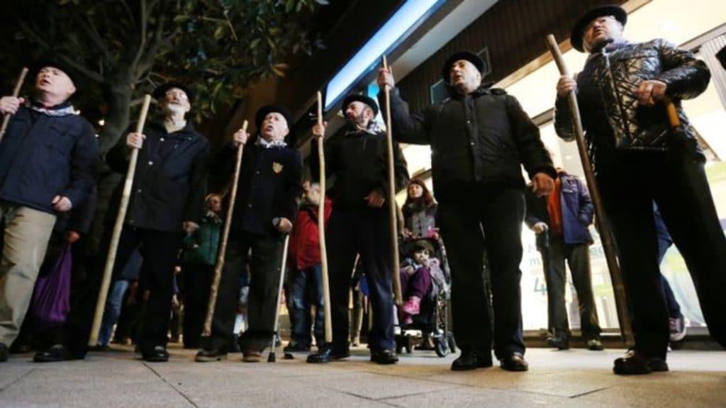 Las calles de Bilbao se mueven a ritmo de Santa Águeda
