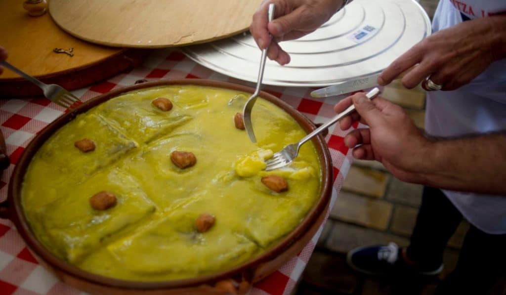 Bacalao al pil pil: tradición gastronómica nacida de un excedente en Bilbao