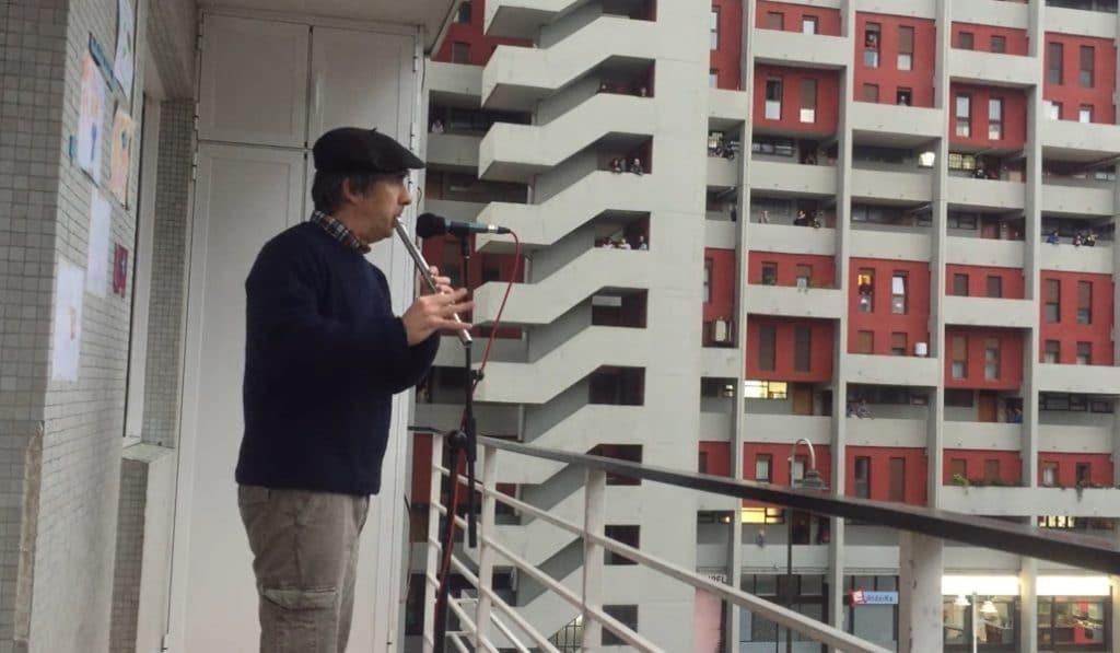Txistuman, amenizando la cuarentena bilbaína desde el balcón
