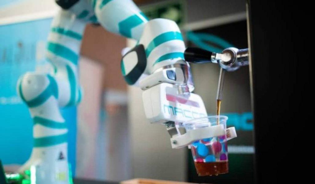 Así es el robot que sirve cervezas para evitar el contagio