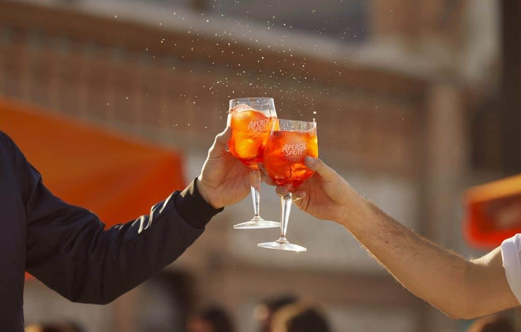Brindis Aperol Spritz: volvemos a chocar nuestras copas en este aperitivo virtual