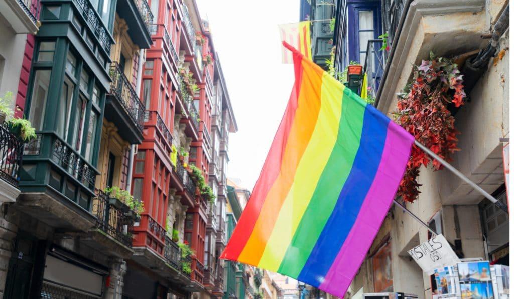 El Ayuntamiento de Bilbao se ilumina con los colores de la bandera LGTBIQ+