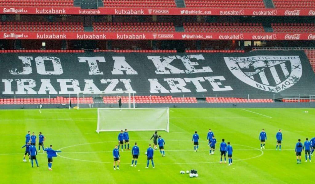 Así vuelve el fútbol a San Mamés: Vídeos y pancartas para llenar el vacío de las gradas