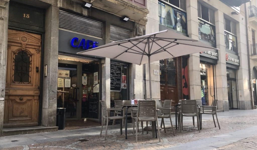 Un bar de Bilbao utiliza máquinas de época para asegurar la distancia de seguridad