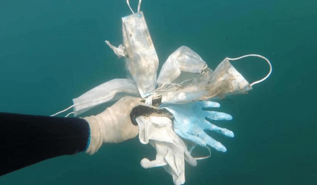 El mar se llena de guantes y mascarillas