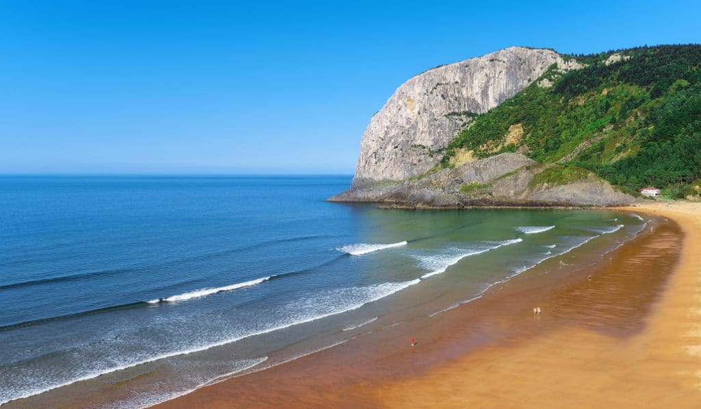 Playa de Laga: la mejor del país para garantizar las distancias entre toallas