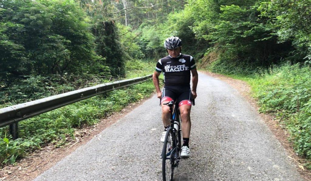 Rubén Gorospe sube el Tourmalet pedaleando de espaldas como homenaje al personal sanitario