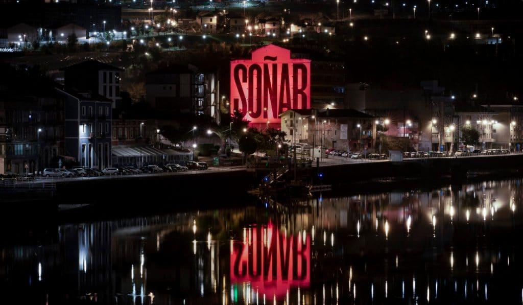 El edificio «Soñar» y el Euskalduna se tiñen de rojo en favor de la cultura