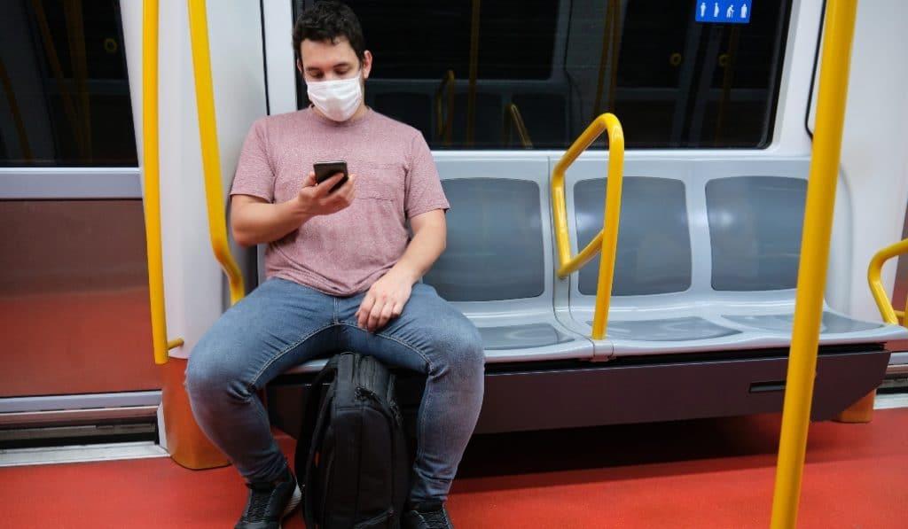 La comunidad científica pide no hablar en el transporte público para reducir los contagios