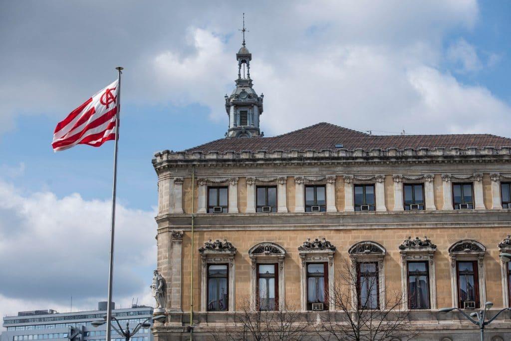 Una bandera gigante del Athletic luce en el Ayuntamiento de Bilbao