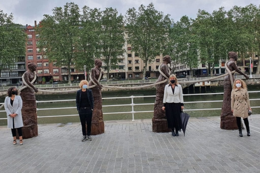 Instalan junto a la ría un conjunto escultórico en homenaje a las sirgueras
