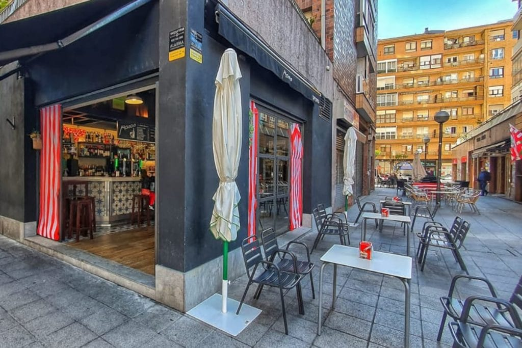Un bar de Santutxu subasta las mesas de su terraza para la final de Copa del sábado