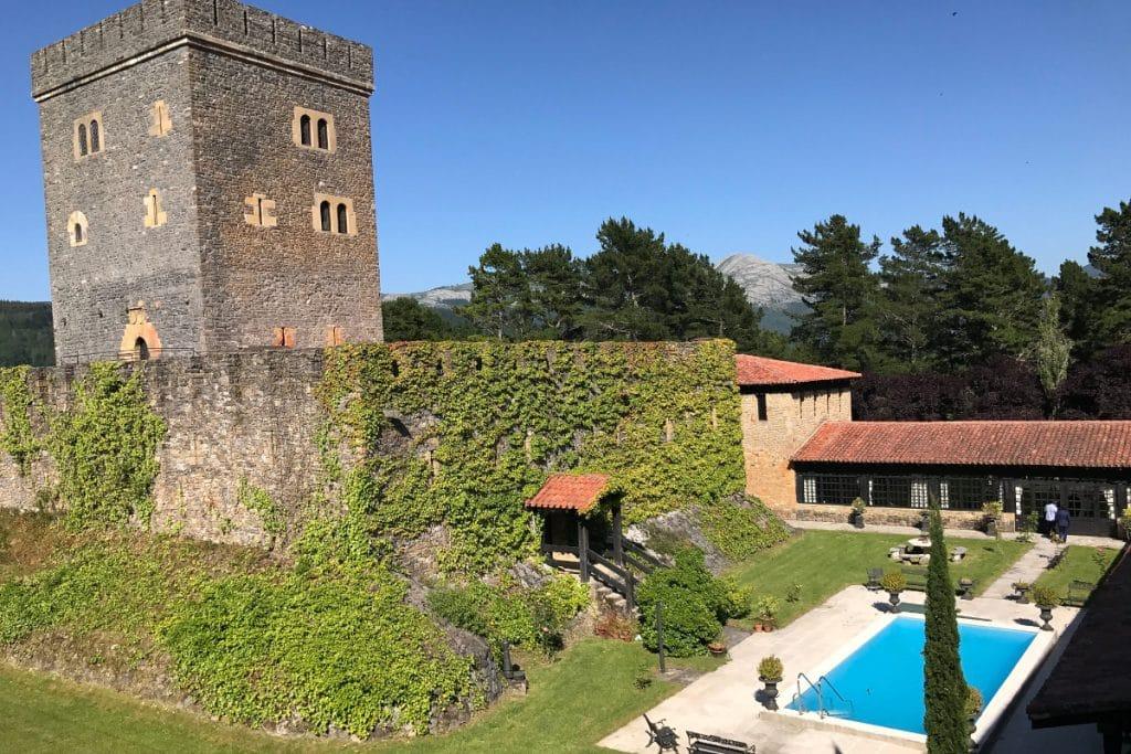 Torre Loizaga: un castillo del siglo XIV con un museo de coches único en Europa
