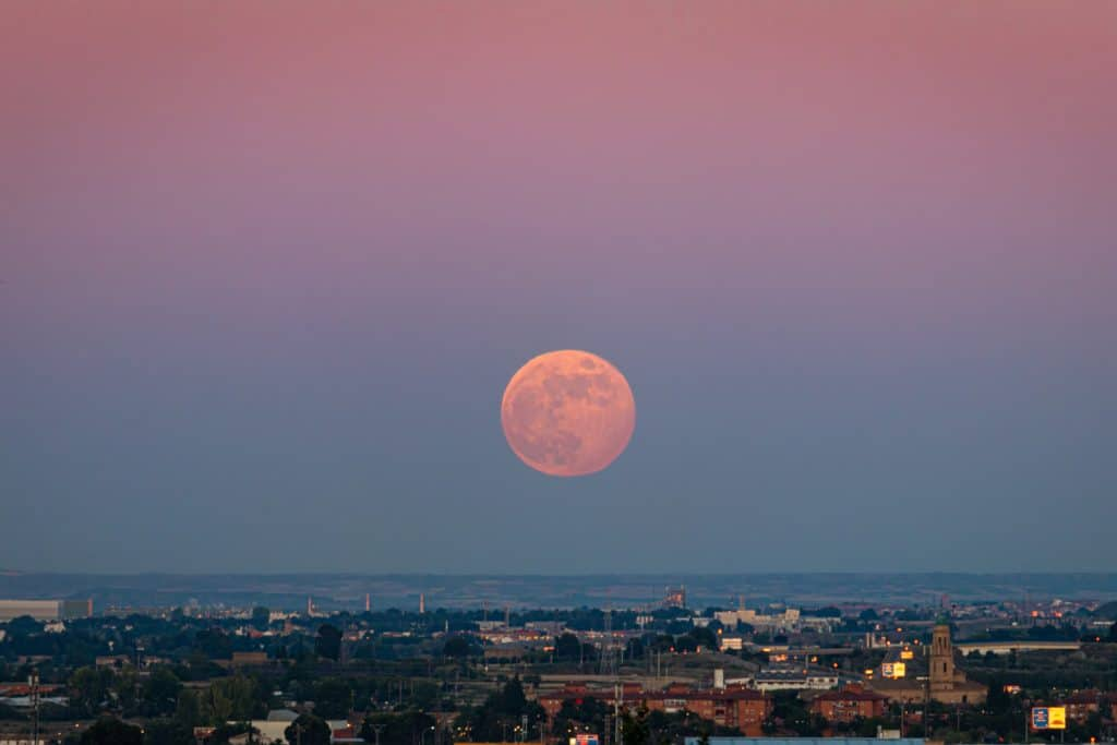 Este jueves se podrá ver en Bilbao la última superluna del año, la «de fresa»