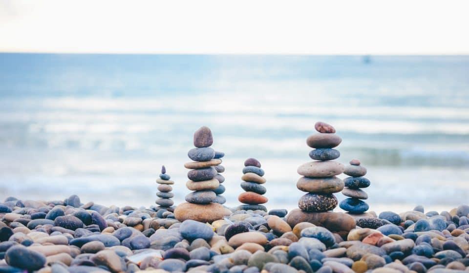 Por qué no debes apilar piedras en la playa o en la naturaleza
