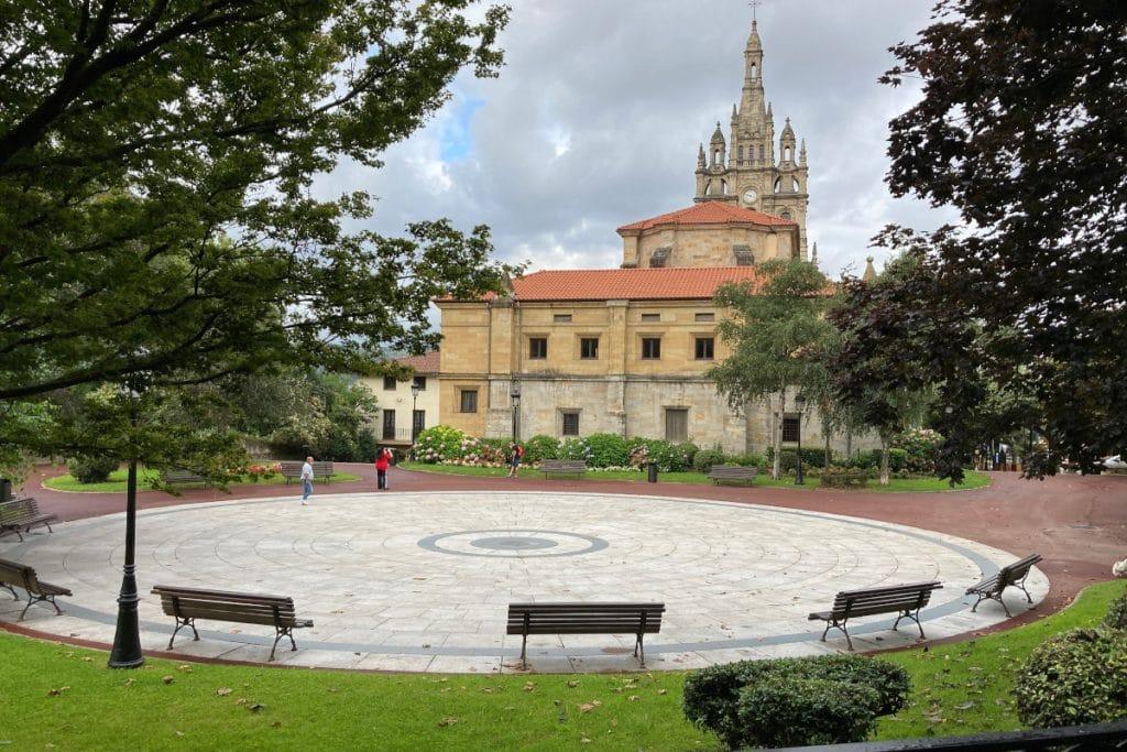 Renuevan la plaza situada detrás de la Basílica de Begoña