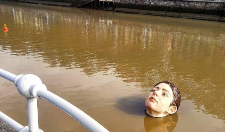 La cabeza que flota en la ría revoluciona Bilbao
