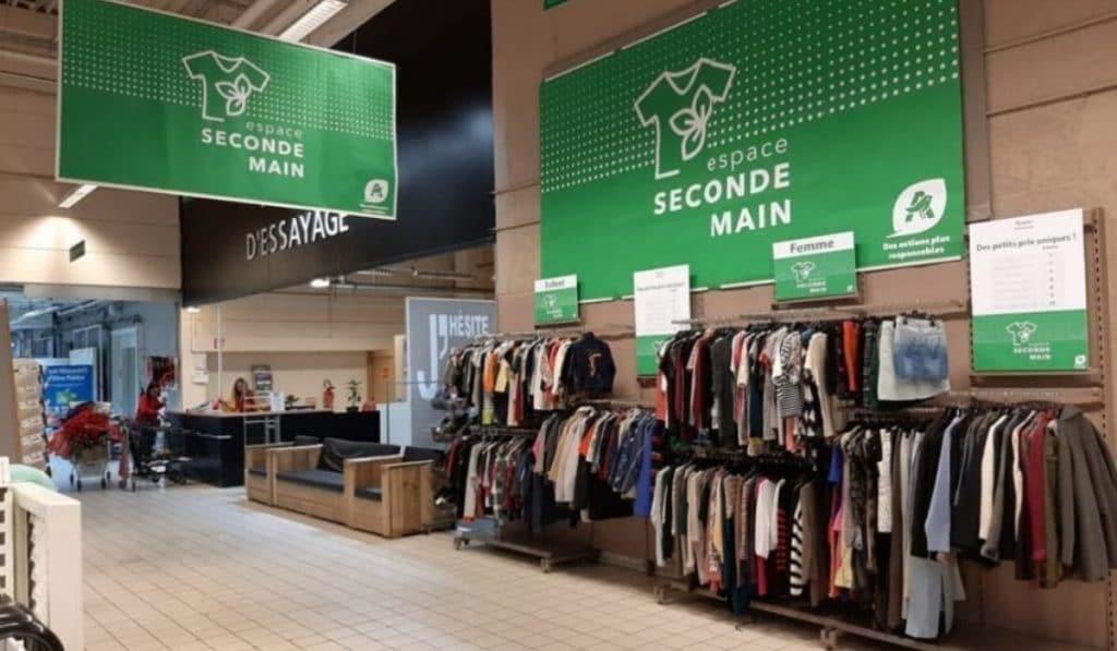Des vêtements d'occasion vendus dans un supermarché Auchan