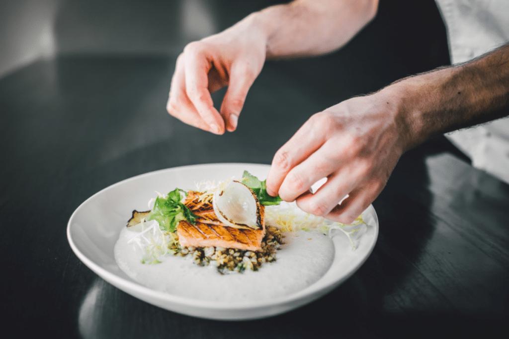 Des chefs étoilés servent des repas à emporter gratuits pour les étudiants !