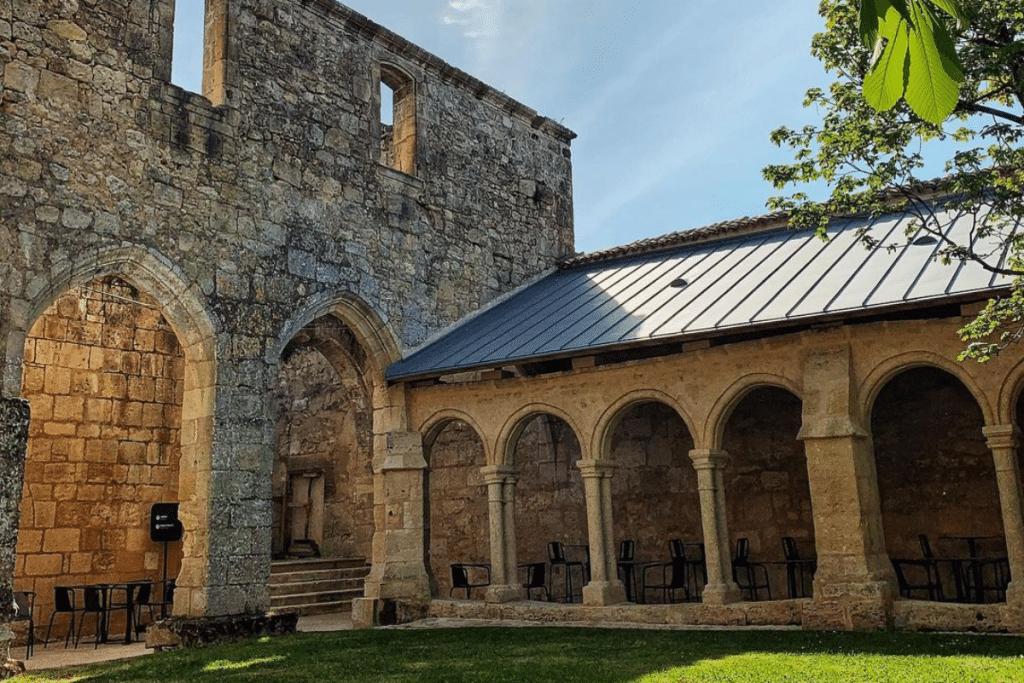 Insolite : des soirées électro dans un cloître du XIVème siècle !