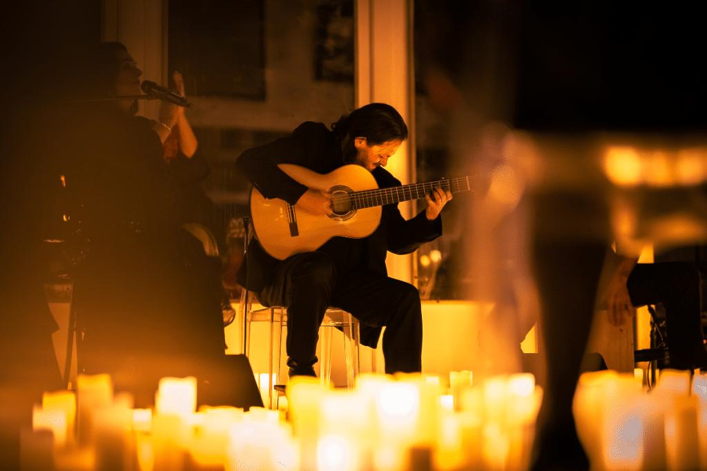Candlelight met en lumière la guitare espagnole dans un concert en plein air !