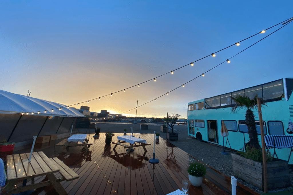 Dj sets, friperie, ciné en plein air, tapas… Le Festival Ahoy revient sur la terrasse de l'IBOAT !