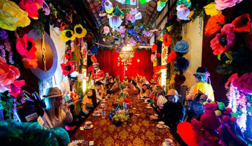 À Bruxelles, le Chapelier Fou d'Alice au Pays des Merveilles vous convie à une Tea & Gin Party !