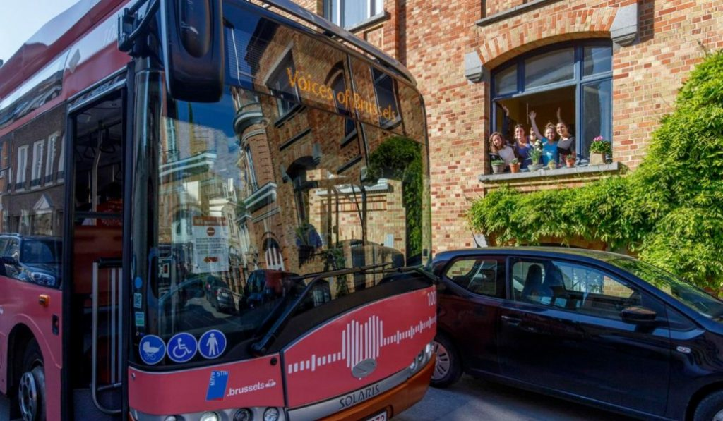 Confinement : un bus de la STIB diffuse vos messages d'amour à vos proches !