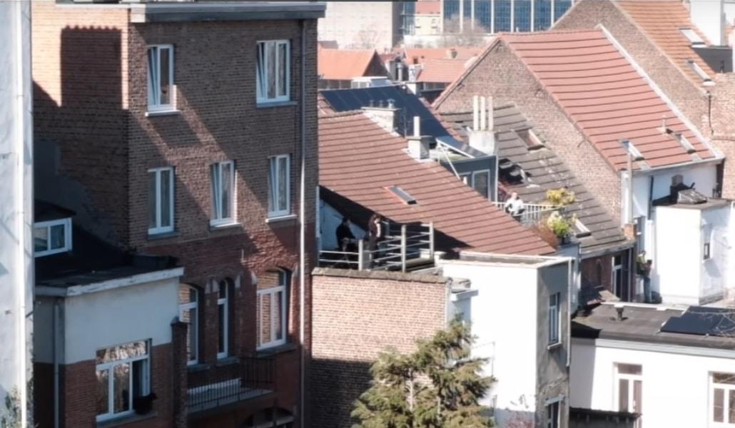 Confinement : une chanteuse d'opéra fait un concert sur son balcon ! (vidéo)