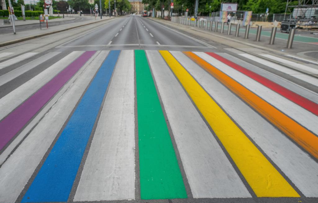 Un passage-piéton reliant le Parlement au Parc de Bruxelles repeint aux couleurs de l'arc-en-ciel !