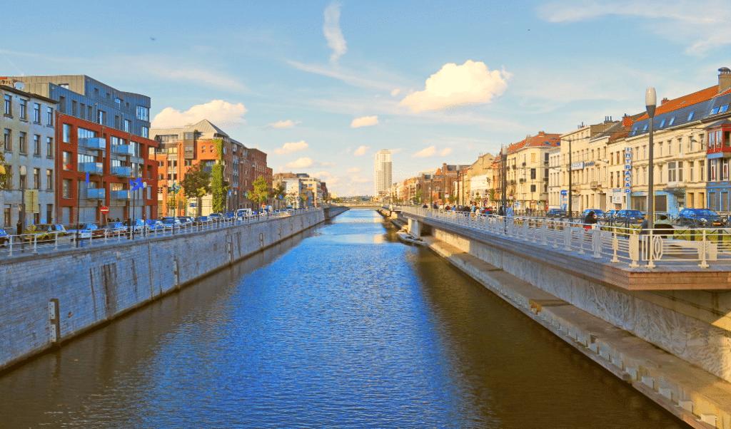 Une piscine gratuite et éphémère s'installe tout l'été sur le canal de Bruxelles !