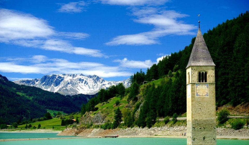 Insolite : le village italien de Curon, immergé depuis 70 ans, sort de l'eau !
