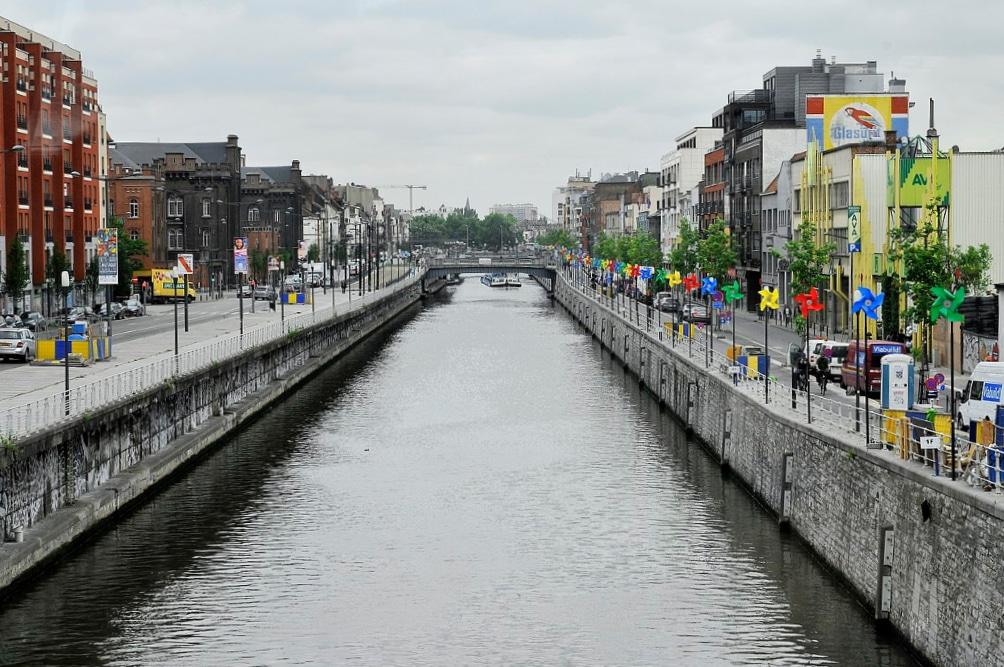 Deux nouveaux ponts installés au-dessus du canal de Bruxelles pour relier Molenbeek au centre !