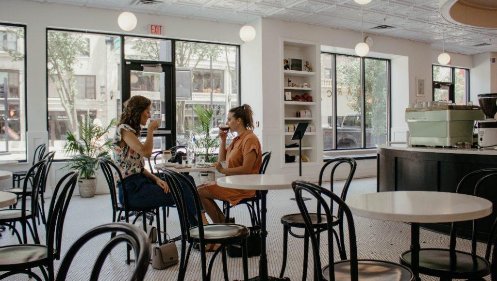 A partir del lunes los restaurantes podrán reabrir solo al aire libre